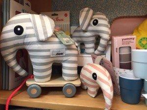 Nachziehelefant von Done by Deer im Spielzeugladen Löwenzahn
